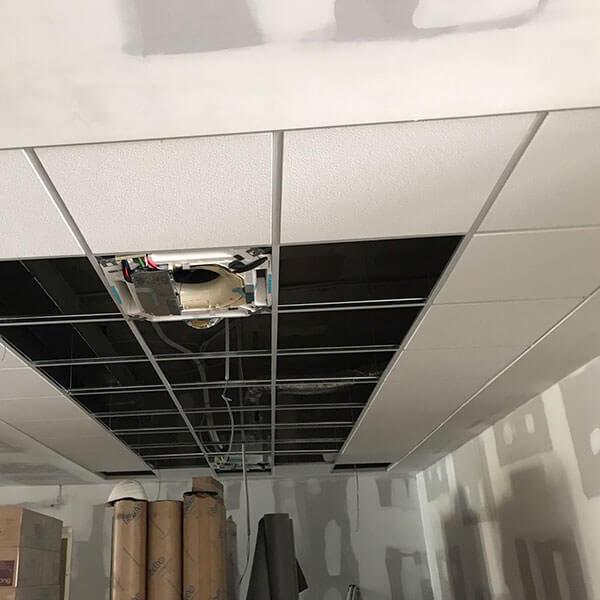 fotografía del proceso de instalación de falsos techos y placas de yeso laminado