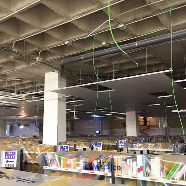 detalles durante la instalación del falso techo, por parte de CSL, para el almacén de Amazon en Barcelona