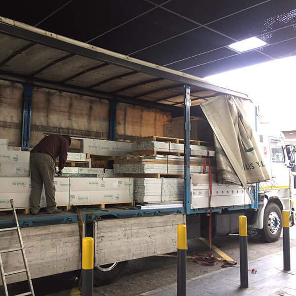 camión cargando placas de yeso para una obra de CSL