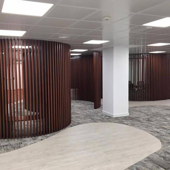 Techos registrables en la entrada a las oficinas de SIGMA-DOS