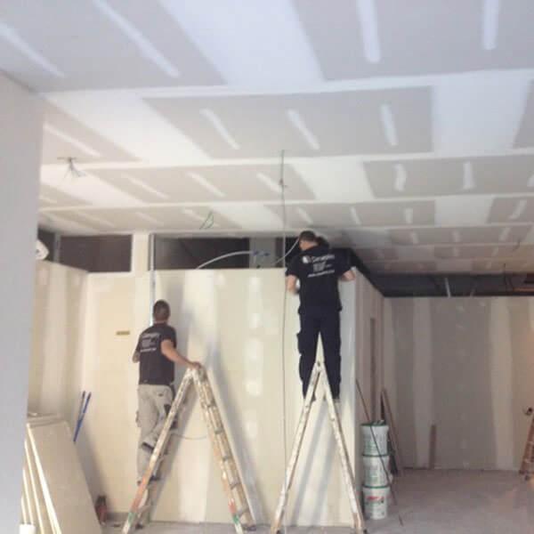 trabajadores de dimaplac instalando placa de yeso laminada