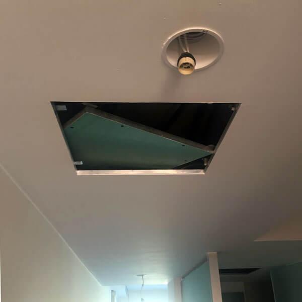 detalle de una trampilla en techo de placa de yeso laminado para la obra de pladur canarias